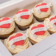 emma-cupcakes-box-love